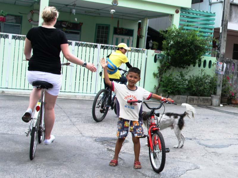 Bei einer Fahrradtour Einheimische treffen
