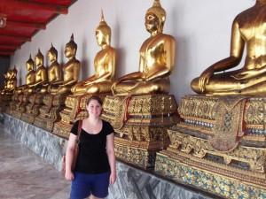 Goldene Buddhastatuen im Königspalast in Bangkok