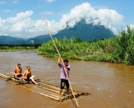 Auf einem Bambusfloß gleiten Sie entspannt den Fluss entlang