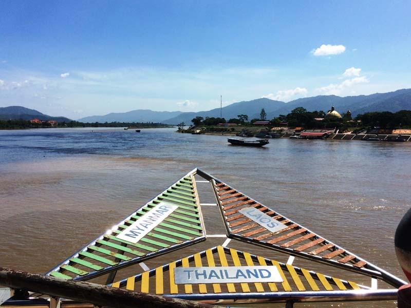 Südostasien Reise: Mit dem Boot über die Grenze