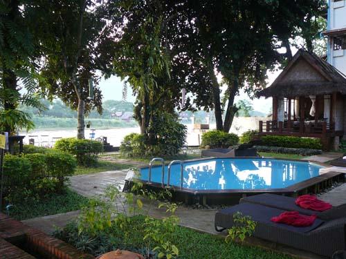 Pool im komfortablen Hotel in Vang Vieng
