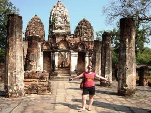 Tourist vor einem Tempel in Sukhothai
