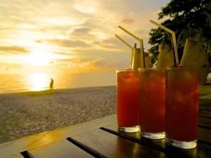 Cocktails und Sonnenuntergang in Thailand