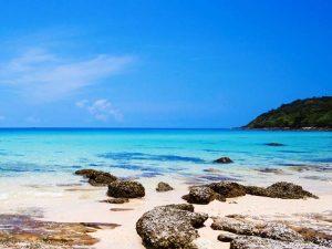 Steine am Strand und im blauen Meer von Koh Kood