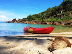 Ein Kajak am Strand von Koh Kood