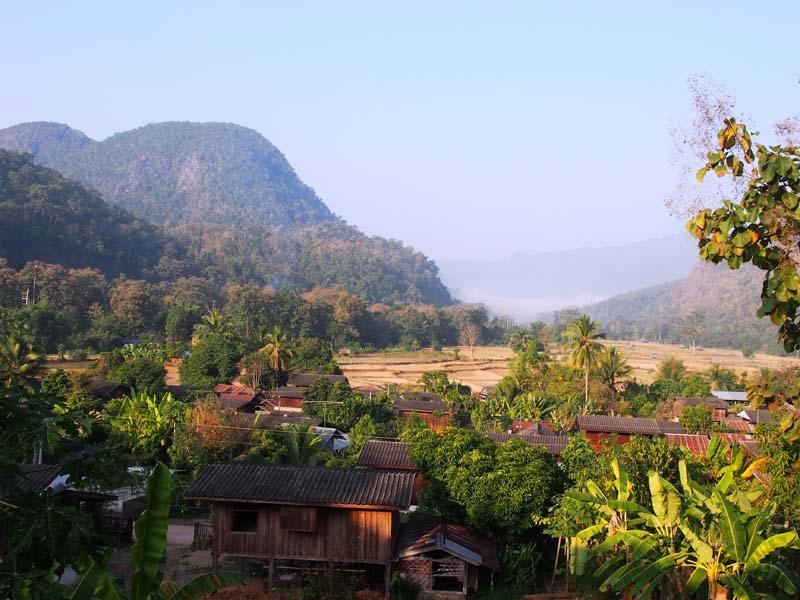 Blick auf ein Bergdorf zwischen Pai und Mae Hong Son