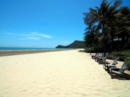 Weiter Sandstrand in Pranburi