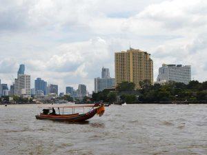 Longtailboot auf dem Chao Phraya in Bangkok