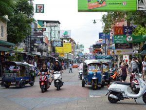 Die Khao San Road in Bangkok ist ein bekannter Spot für Touristen