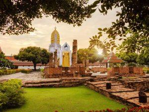 Stehender Buddha im Wat Yai Tempel Komplex in Phitsanulok