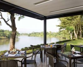 Hotelrestaurant mit Blick auf den Fluss in Kanchanaburi