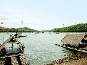 Bambusflöße auf dem Bergesee Huay Krating