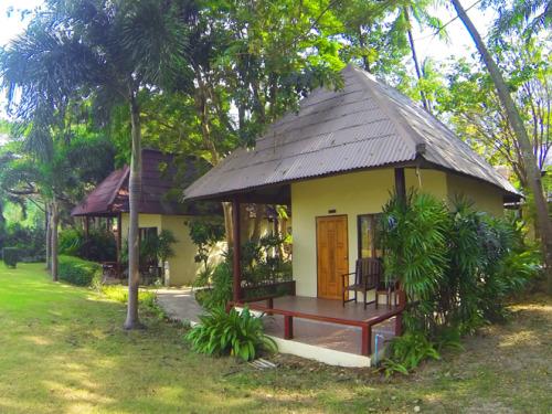 Bungalows in tropischer Gartenanlage