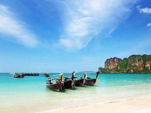 Mit traditionellen Longtailboot die thailändischen Inseln erkunden