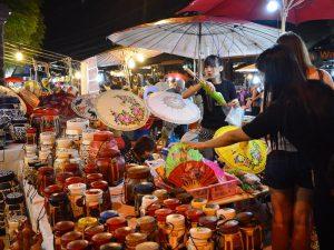 Der Nachtmarkt in Chiang Mai ist ein guter Ort zum Shoppen