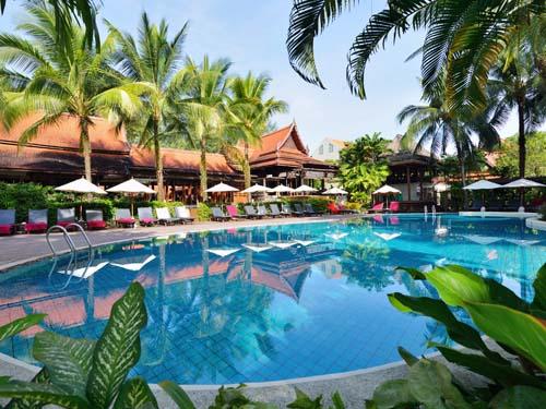 Schön angelegter Pool im Hotel in Khao Lak