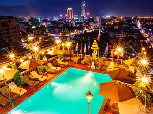 Pool in luftiger Höhe mit Panoramablick über Phnom Penh