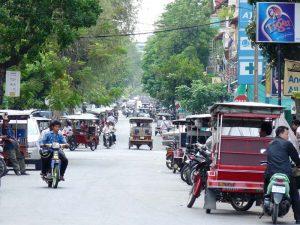 Belebte Straße in Phnom Penh