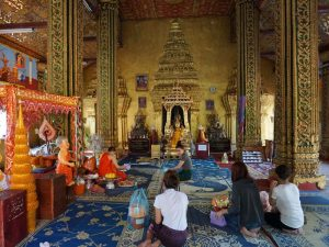 Betende im Wat Si Muang in Vientiane