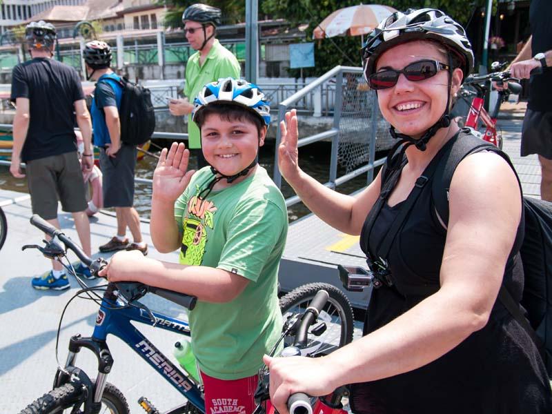Gut ausgerüstet unternehmen Sie die Fahrradtour durch Bangkok