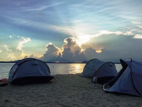 Das Zeltcamp wird direkt am Strand aufgeschlagen