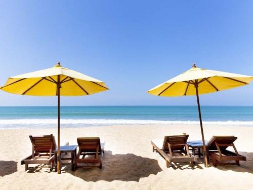 Sandstrand und Meer am Hotel