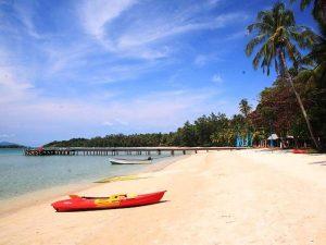 Kajak am Strand von Koh Mak