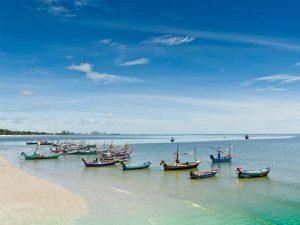 Boote am Strand von Hua Hin - In Thailand günstig entspannen