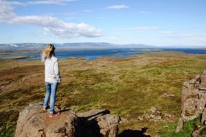 Über Klippen wandern auf der Snaefellsnes Halbinsel