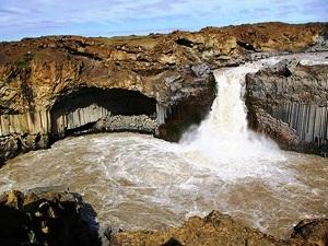 Beeindruckender Ausblick auf den Aldeyjarfoss Wasserfall in Landmannalaugar