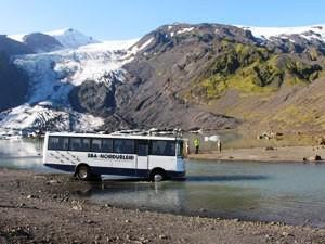 Mit dem Buss durch den Fluss