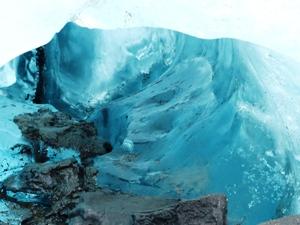 Tiefe, blaue Eislöcher bei der Gletscherwanderung