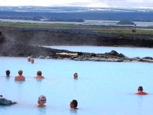 Ein Bad in der blauen Lagune nehemen