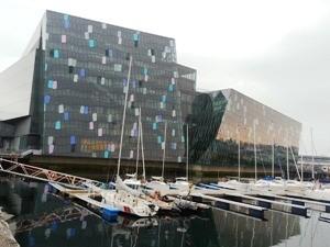 Futuristisches Opernhaus am Hafen