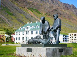 Fischerdenkmal in der Fjordlandschaft in den Westfjorden Islands