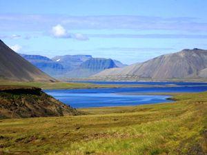 Einsame Fjordlandschaft auf Island