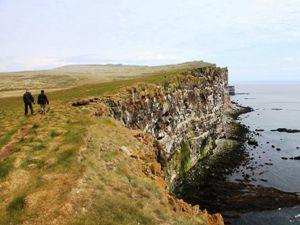 Wanderer in Látrabjarg bei einer Island Reise