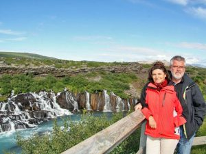 Reisende am Hraunfossar Wasserfall bei Borgarnes