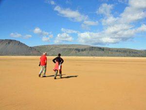 Reizvoller Sandstrand in den isländischen Westfjorden