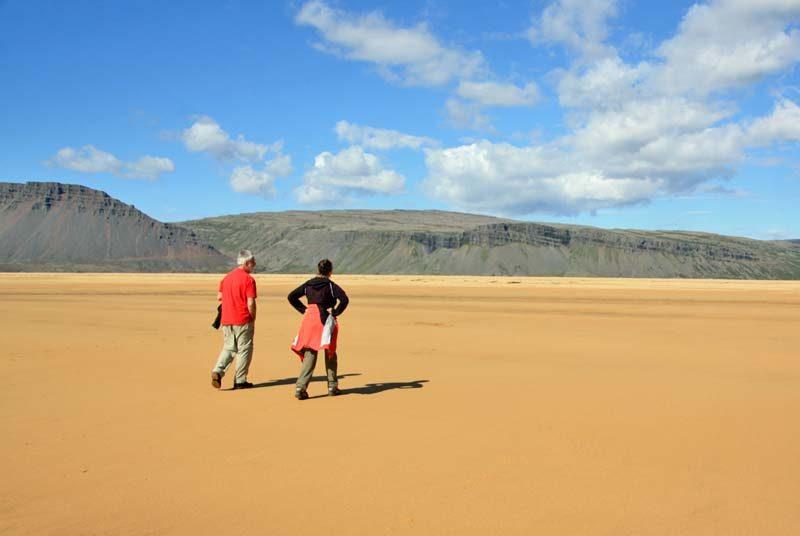 Warum nach Island reisen? Reizvoller Sandstrand in den isländischen Westfjorden