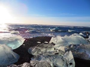 Die Sonne spiegelt sich in dem Eis wider