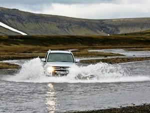 Flussüberquerung in Landmannalaugar auf Ihrer Allrad-Rundreise Island