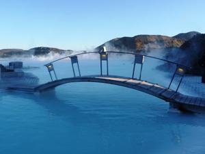 Brücke in der Blauen Lagune