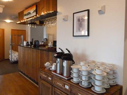 Kaffee und Tee steht im Frühstücksraum bereit