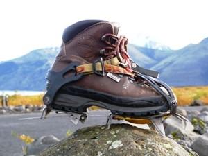 Wanderschuh mit Steigeisen nach einer Gletscherwanderung in Island