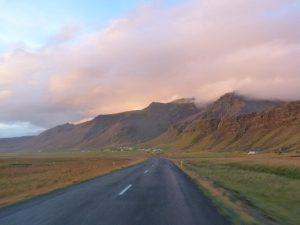 Autofahrt durch Island im Herbst