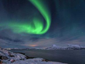 Island im Winter Faszinierende Nordlichter am Nachthimmel
