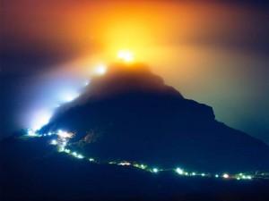 Der Pilgerweg am Adam's Peak ist in der Nacht deutlich zu erkennen