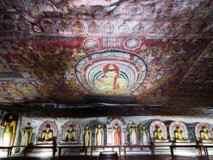 Aufwändig verzierte Decke im Felsentempel in Dambulla