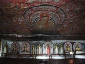 Höhlentempel von Dambulla mit Götterfiguren